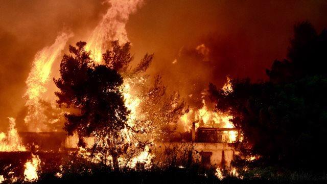 Foto: Incendiu de proporții în Zakynthos. Flăcările se apropie de case, sute de oameni au fost evacuați