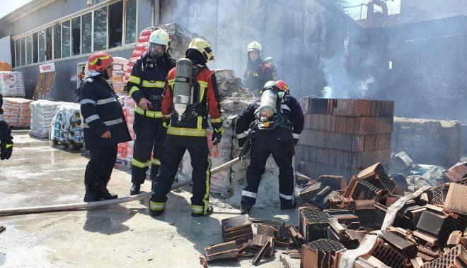 Foto: Incendiu violent într-o hală cu materiale de construcție. Cum au fost avertizați constănțenii