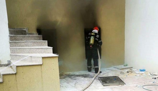 Foto: Anchetă pentru a stabili cauza incendiului din subsolul unui hotel din Mamaia Nord
