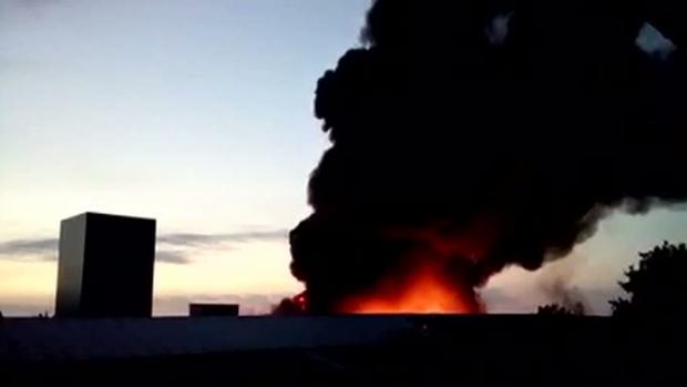 Foto: Incendiu puternic la o fabrică de mase plastice
