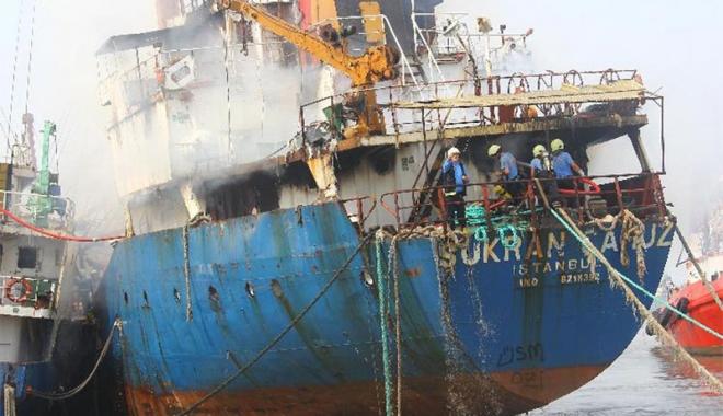 Foto: Incendiu la bordul unei nave, în portul Mersin