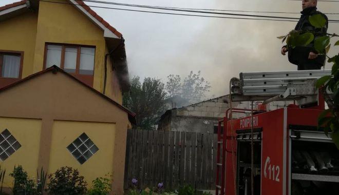 Foto: Incendiu puternic la Mangalia. Există pericolul ca focul să se extindă la mai multe case!