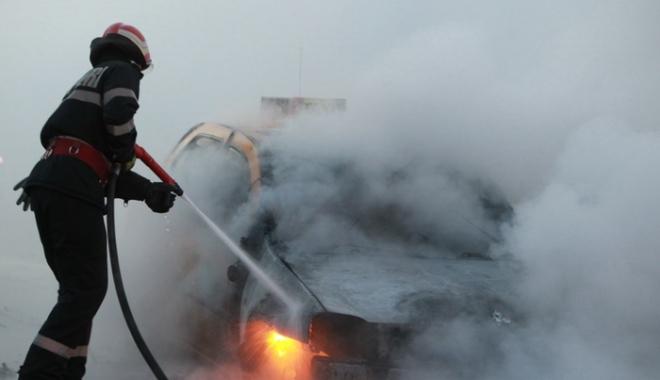 Foto: UPDATE - Incendiu în Piaţa Ovidiu. Arde un autoturism!