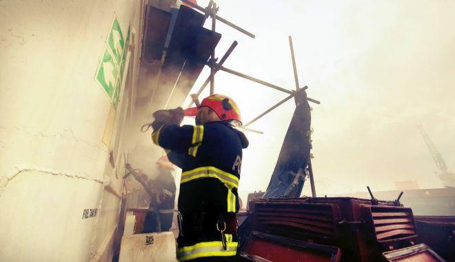 Foto: Incendiu în portul Midia. Pompierii s-au luptat mai bine de opt ore cu flăcările!