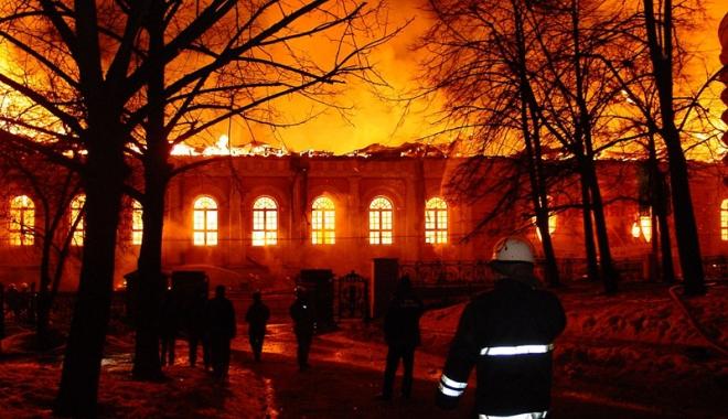 Foto: Opt pompieri �i-au pierdut via�a �ntr-un incendiu devastator, la Moscova