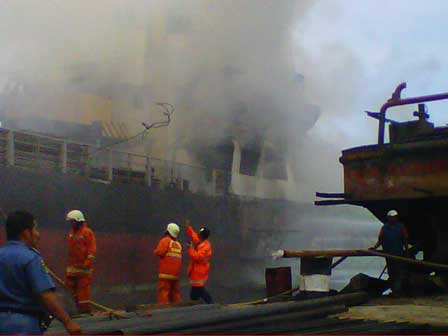 Foto: Un tanc petrolier de 127.575 tdw în flăcări; patru marinari grav răniţi