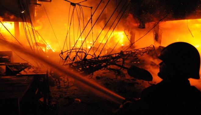 Foto: Hotel mistuit de foc.  11 persoane au murit şi 70 au fost rănite