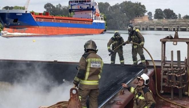 Foto: Incendiu pe un cargou, în portul Sevilla