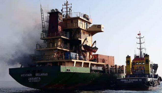 Foto: Incendiu pe un cargou, în Indonezia