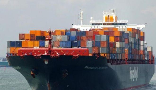 Foto: Incendiu pe un portcontainer cu mărfuri periculoase