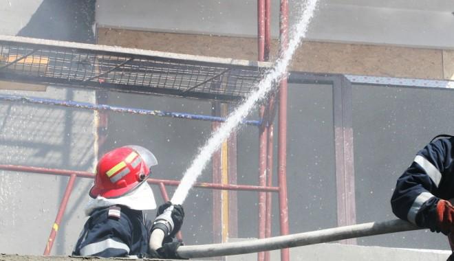 Foto: UPDATE. Incendiu la Constan�a. ARDE UN APARTAMENT