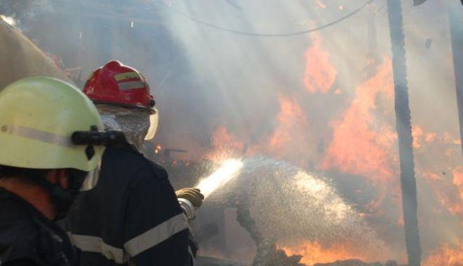 Foto: Trei copii şi trei adulţi, de urgenţă la spital, după ce casa le-a fost mistuită de foc