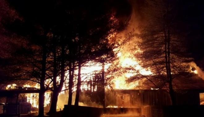 Foto: INCENDIU DEVASTATOR la o tabără de copii: 2 morţi. Clădirea unde erau cazaţi, făcută scrum