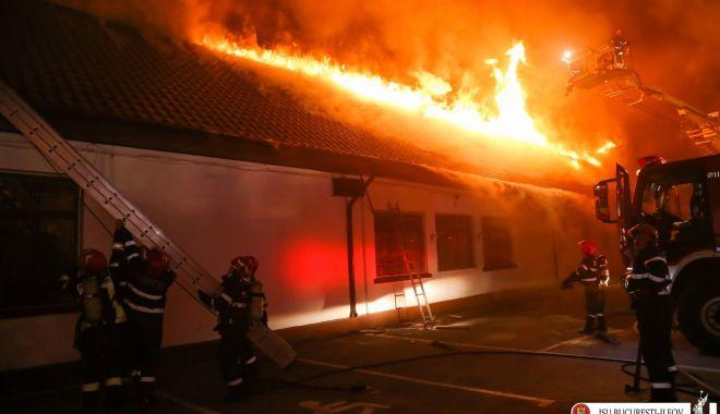 Foto: Cataloagele Şcolii 124, uscate la soare. Cauza incendiului, încă un mister