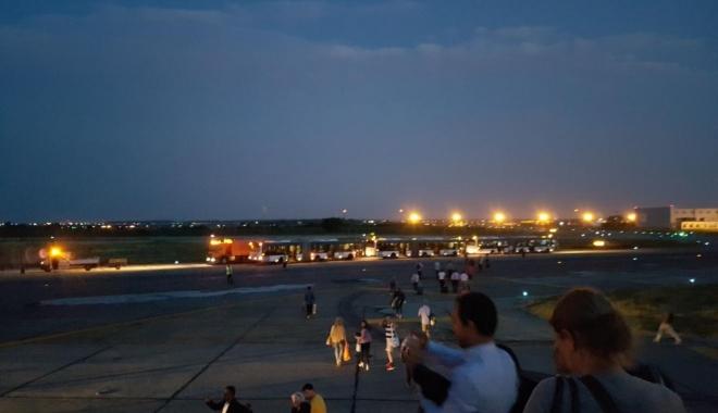 Foto: INCIDENT PE AEROPORT. O aeronavă Airbus a ieşit de pe pistă