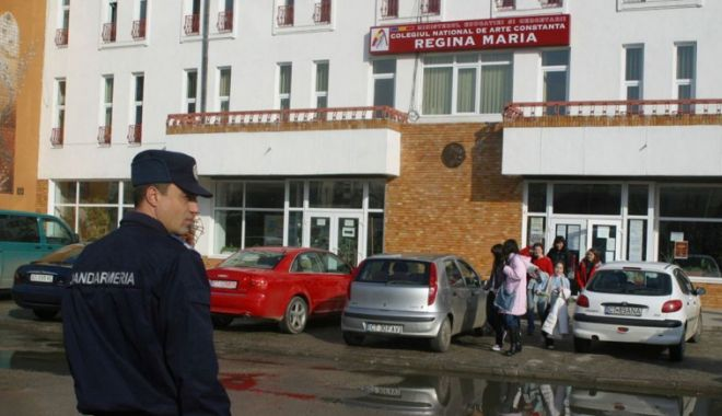 """Foto: Incident la Colegiul de Arte """"Regina Maria"""". O tânără a ajuns la spital"""