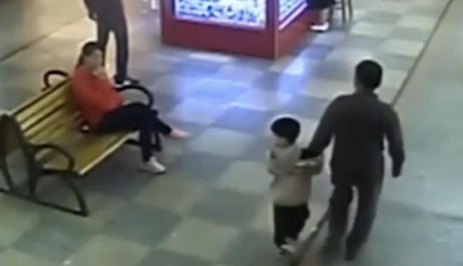 Foto: Un tată şi-a găsit, din întâmplare, într-un mall, fiul răpit în urmă cu 9 luni. URMA SĂ FIE VÂNDUT!
