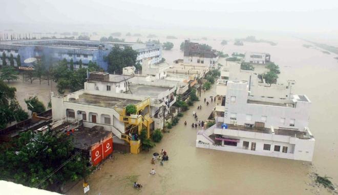 Foto: India, măturată de inundaţii. Sunt sute de morţi