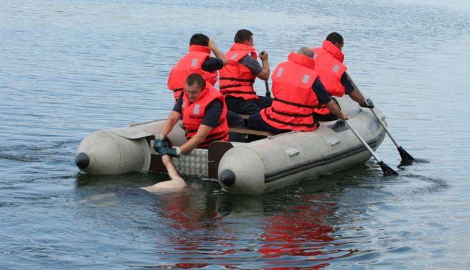 Foto: Douăzeci și cinci de scafandri îl caută de șase ore pe copilul dispărut în mare, la Corbu