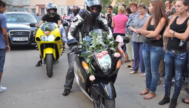 Foto: Priveghi cu lăutari şi înmormântare cu motoare
