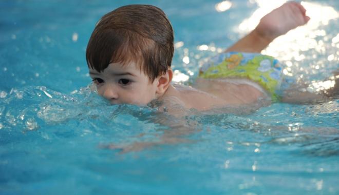 Foto: Înotul,  sportul indicat pentru întărirea musculaturii copiilor