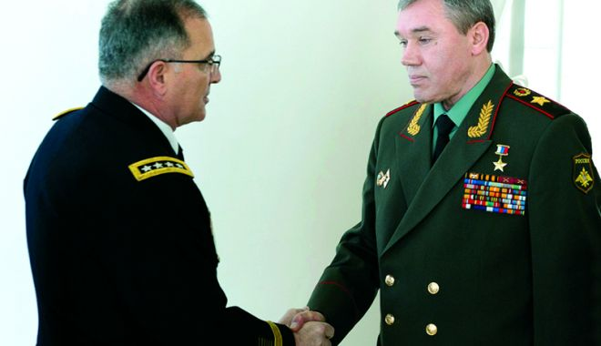 Foto: Întrevedere între şeful Statului Major rus şi comandantul forţelor NATO în Europa