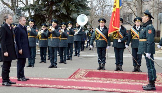 Foto: Întâlnire importantă între miniştrii Apărării din România şi Moldova