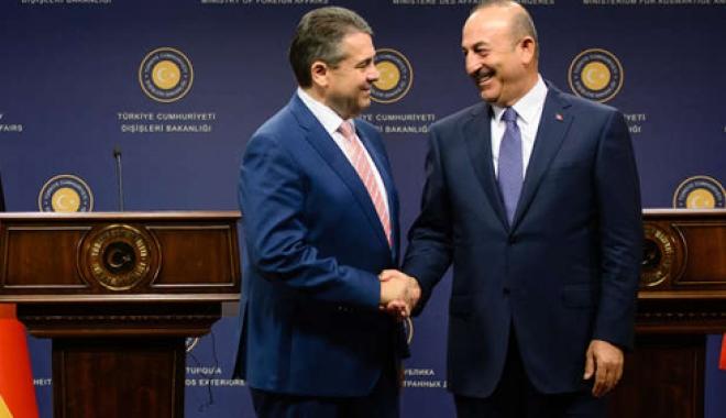 Foto: Întrevedere între şefii diplomaţiilor germană şi turcă, în vederea  îmbunătăţirii relaţiilor bilaterale