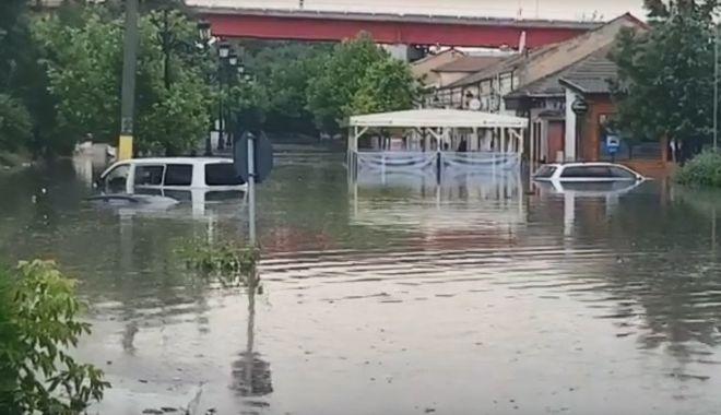VIDEO / Inundaţii puternice în Cernavodă. Intervin mai multe echipaje de pompieri - inundatie-1560956603.jpg