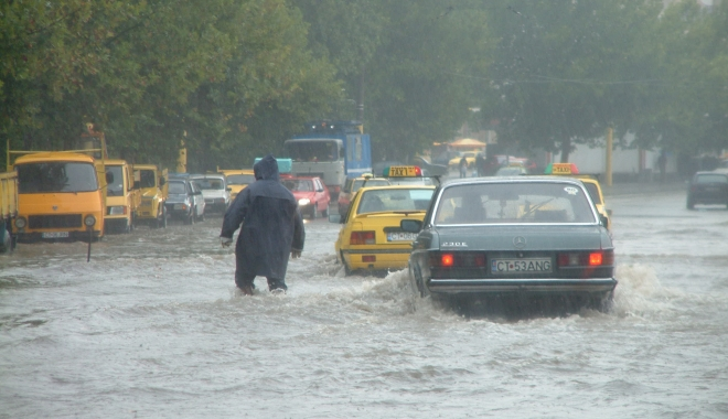 GALERIE FOTO / RUPERE DE NORI la Constanţa! CANALIZĂRILE NU MAI FAC FAŢĂ - inundatiegf51-1494248298.jpg