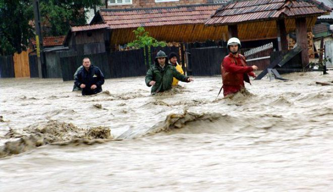 Foto: Cod roşu de inundaţii pe râuri din două județe