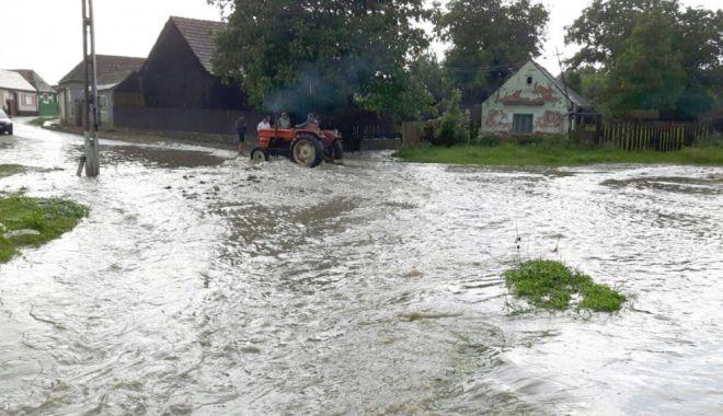 Tragedie în Tulcea: Doi nepoţi şi bunica lor au murit luaţi de viitură. Bunicul e dat dispărut - inundatii-1531292505.jpg