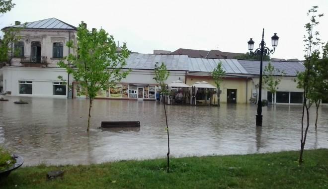 IMAGINILE DEZASTRULUI în județul CONSTANȚA / Nouă familii evacuate și peste 20 de străzi distruse / GALERIE FOTO - inundatiicernavoda-1372666906.jpg