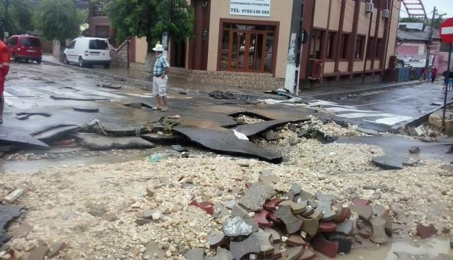 IMAGINILE DEZASTRULUI în județul CONSTANȚA / Nouă familii evacuate și peste 20 de străzi distruse / GALERIE FOTO - inundatiicernavoda1-1372666970.jpg
