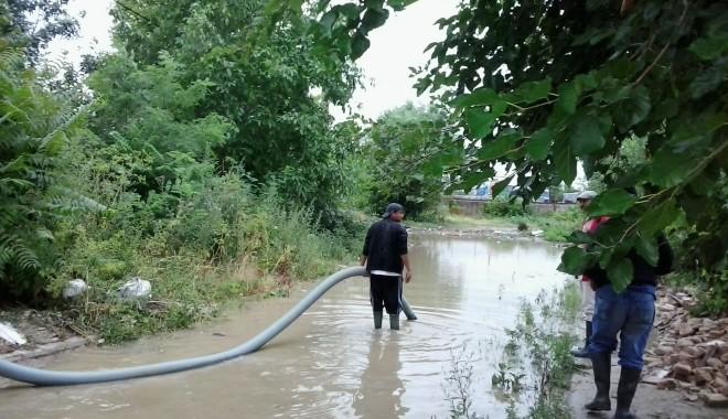 IMAGINILE DEZASTRULUI în județul CONSTANȚA / Nouă familii evacuate și peste 20 de străzi distruse / GALERIE FOTO - inundatiicernavoda3-1372666997.jpg