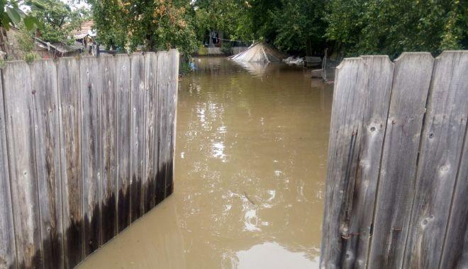 Foto: ROMÂNIA, SUB APE! Medicii vor să ajute victimele inundaţiilor