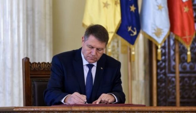 Foto: Klaus Iohannis semnează luni decretele pentru numirea noilor miniştri