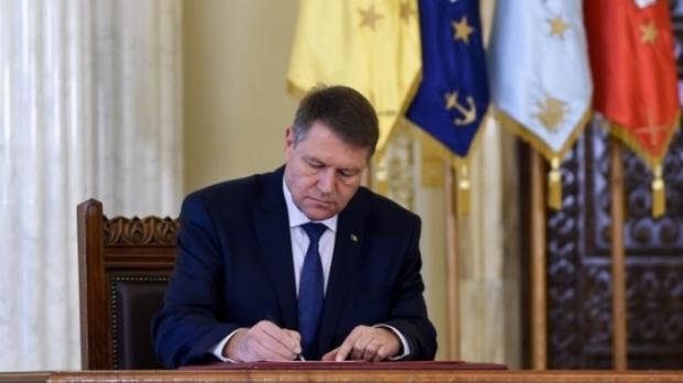 Foto: Klaus Iohannis a promulgat legea privind decontarea navetei şcolare şi pentru elevii de liceu