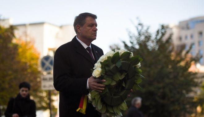 Foto: Klaus Iohannis, la Colectiv. Preşedintele a depus o coroană de flori la locul tragediei de acum trei ani