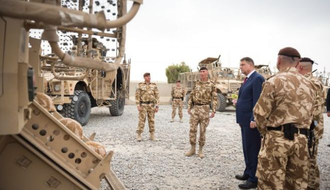 Foto: Președintele Klaus Iohannis, întâlnire cu militarii români care activează la baza militară NATO de la Geilenkirchen din Germania