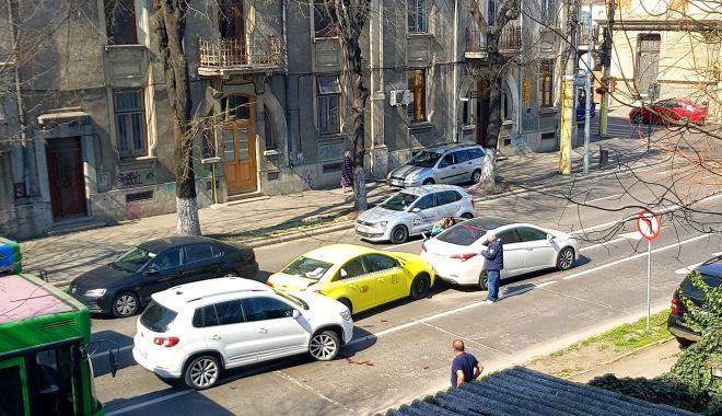 GALERIE FOTO - VIDEO / ACCIDENT cu SCANDAL pe bulevardul Ferdinand. UN BEBELUŞ DE 7 LUNI A FOST RĂNIT