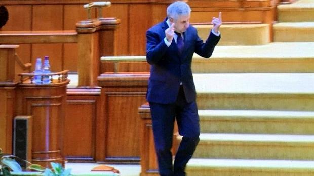 Foto: Plângere penală pe numele lui Florin Iordache. Gestul obscen din Parlament îl aduce pe deputat în atenţia poliţiei