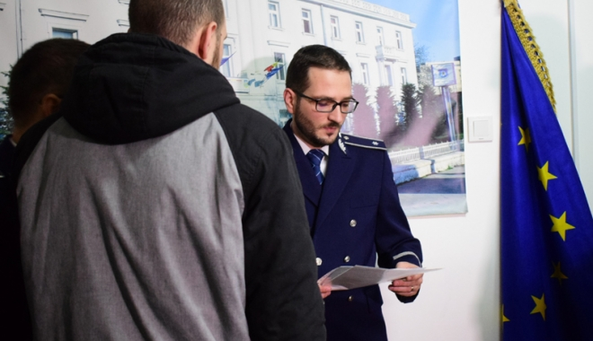 Lecţie de civism. Doi tineri care au prins un tâlhar, premiaţi de poliţiştii din Constanţa - ipjpremiati13-1515774080.jpg