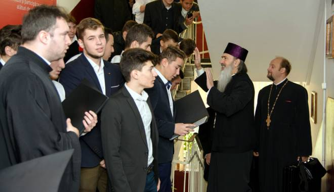 """Foto: Ce pilde le-a oferit IPS Teodosie elevilor de la """"Traian"""" şi Mihail Kogălniceanu"""