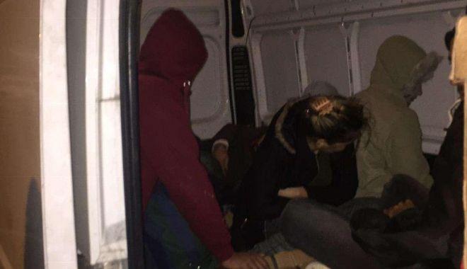 Foto: 15 cetățeni irakieni intenţionau să iasă ilegal din România, ascunși în interiorul unei autoutilitare