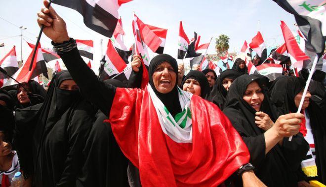 Foto: Irak: Proteste și drapele americane arse după lovitura din Siria