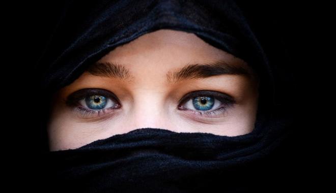 Foto: Turcia ridică interdicţia privind purtarea vălului islamic în armată