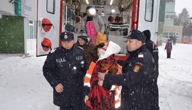 """Foto: ISU """"Dobrogea"""", în alertă. Pompierii se pregătesc pentru un nou val de ninsoare"""