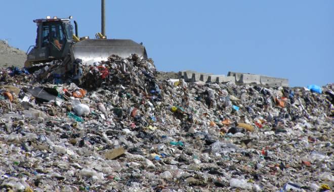 Foto: Italienii îşi aruncă gunoiul în România