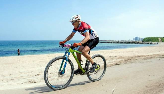 Foto: Iubitorii ciclismului îşi dau întâlnire pe plaja din Corbu, la Beach Race XCO